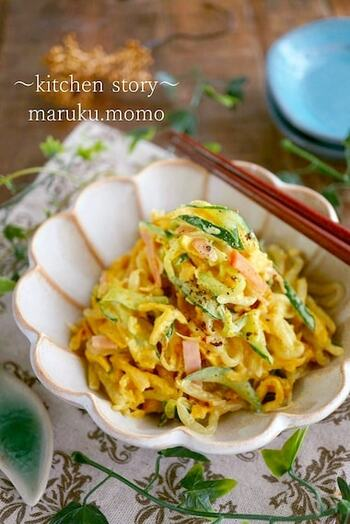 こちらは薄焼き卵を使ったもやしサラダ。カレー風味でお箸が進む味わいです。きゅうりやもやしの水気をしっかり切って味をなじませるのがおいしく作るポイント。
