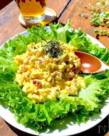 ベーコンの旨味がおいしい卵サラダのレシピ。サラダとしてはもちろん、サンドイッチのフィリングにもおすすめです。たっぷりのレタスに盛り付けて頂きましょう。