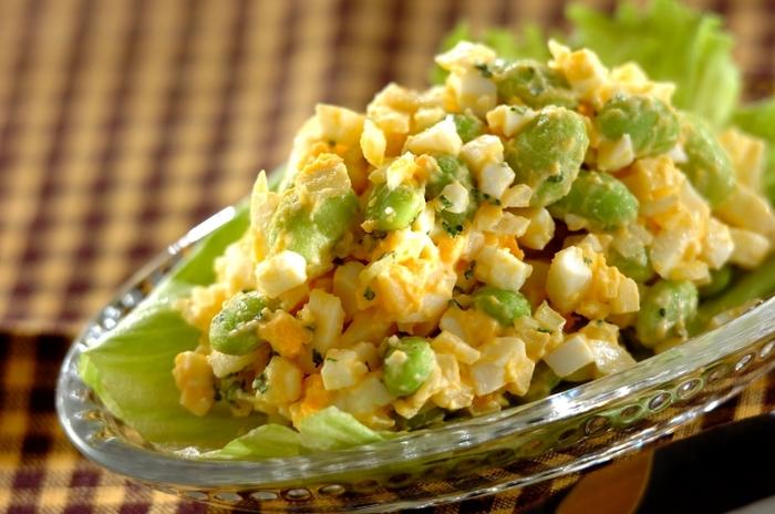 枝豆と玉ねぎを加えた卵サラダのレシピ。冷凍のむき枝豆を使えば、パパっと作れて時短になりますね♪マヨネーズベースのシンプルな味付けで、そのままでもパンに乗せても◎