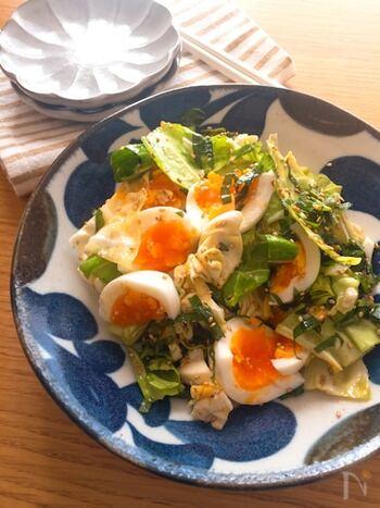キャベツたっぷりの和風サラダに半熟卵を加えたレシピ。白だしと大葉でさっぱりとした味わいに仕上がります。丼や麺などの和食のつけあわせにもおすすめです。