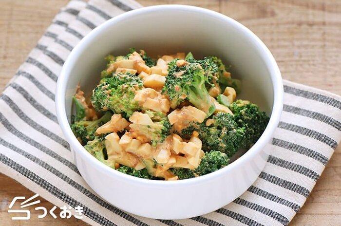 ブロッコリーと卵を和えたシンプルなサラダ。オイスターソースをマヨネーズに加えることでうま味がプラスされます。日持ちもするのでお弁当や作り置きにもおすすめ。
