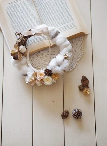 もこふわ感が可愛らしい羊毛フェルトで作ったクリスマスリース☆クリスマスが終わっても冬のインテリアで長く楽しめそうですね。