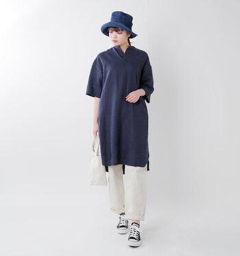 シンプルでクセのないデザインだから、パンツスタイルにはもちろん、スカートにもマッチします。ナチュラル系のコーディネートにもすんなり馴染んでくれます。