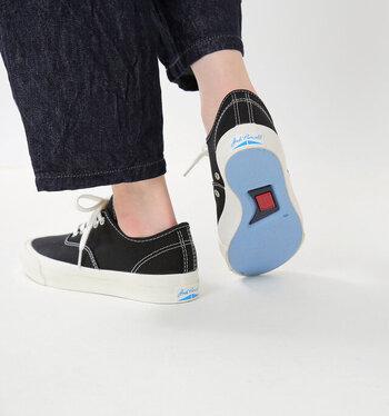 素足に履いて心地いいキャンバス素材。ジャックパーセルでお馴染みの「ヒゲ」と呼ばれるヒールラベルと、美しい色のアウトソールが後ろ姿を印象的にしてくれます。