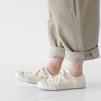 福岡県久留米市で140年以上靴作りを続けている、日本生まれのシューズブランド「ムーンスター」。1960年代に生産していたトレーニングシューズをルーツとし、履き心地とシルエットにこだわって作られた「GYM CLASSIC」のご紹介です。