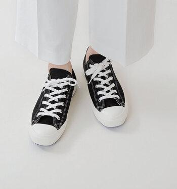 ムーンスターが長年蓄積したデータにより、日本人の足に最も合うシルエットを採用したヴァルカナイズ製法を採用。縫製や裁断などほとんどの工程を、機械ではなく熟練の職人の手で行っています。