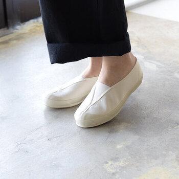 紐がないシンプルな構造だから着脱がラクで、カジュアル感薄めで履きこなせます。