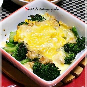 卵サラダとブロッコリー、ツナで作ったお手軽グラタン。チーズを乗せてトースターで焼くだけなのでパパっと一品が完成します。アルミカップで作ればお弁当にも最適♪