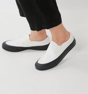 スタイリッシュな細身の美しいシルエットに、しなるように足に馴染んでくれる快適な履き心地。あえて素足で履きたくなる一足です。