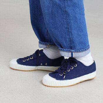 スロバキアの製靴工場に眠っていた古いスニーカーの金型やデッドストックを基に、アレンジを加えてリデザインされ復刻生産されました。ぽってりとした丸みのあるつま先がかわいらしく、履き心地の快適性もアップしてくれます。