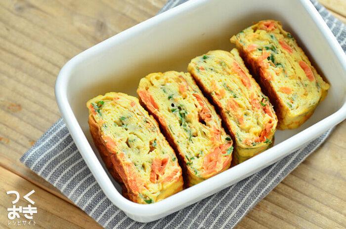 鮭の赤、大葉の緑が入った彩りが美しい卵焼き。お弁当の一品として入れるとフタを開けたときパッと華やぎます。