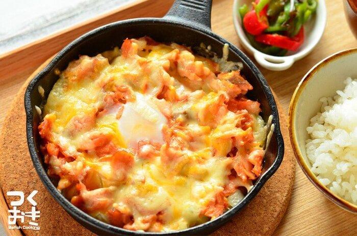 こんがり焼けたチーズととろーり半熟たまごが鮭に絡み合った、がっつりおいしいレシピ。鮭のほどよいしょっぱさがご飯にも合います。