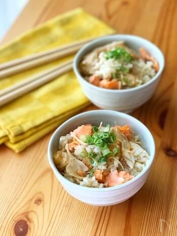 秋の味覚、鮭ときのこが入った炊き込みご飯。きのこはお好みのものでOKですが、マイタケやしめじを入れると香りを楽しめます。