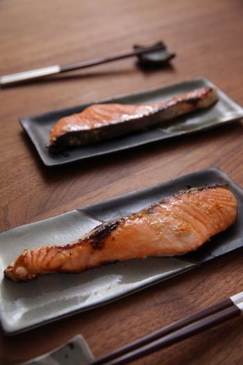 みりん粕に味噌をあわせて漬けだれを作り、そこに鮭を漬け込み焼くだけの簡単レシピ。白いご飯と食べたいシンプルな味。