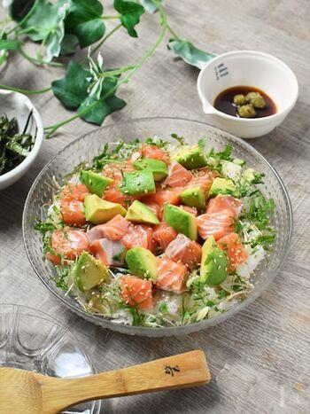 アボカドのグリーンとサーモンのオレンジ色のコントラストを楽しめる一品。テーブルがパッと華やかになるから、特別な日にもおすすめ。