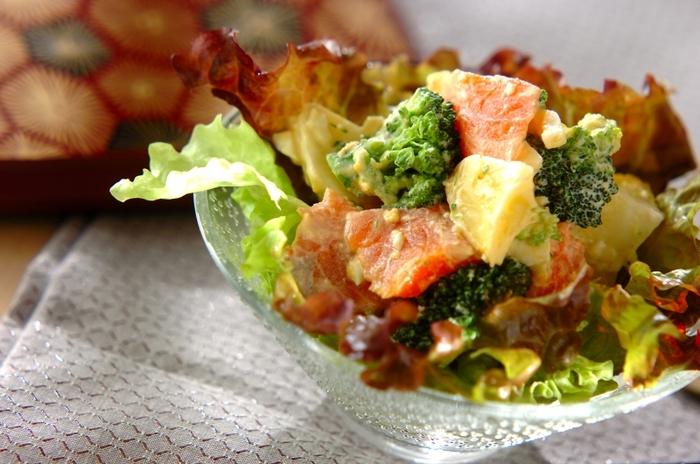 ゴロゴロのじゃがいもとブロッコリーが入ったデリ風サラダ。手作りのタルタルソースで和えて、おかず感覚でもりもり食べられるサラダです。