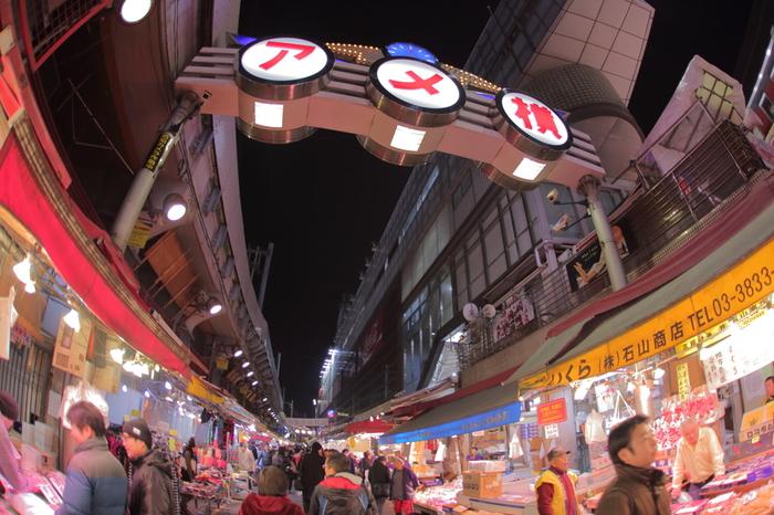上野といえばアメ横を思い浮かべない人はいないでしょう!活気あふれる商店街は新鮮な魚介類や乾物、野菜・果物、海外のめずらしい食料品や調味料が揃います。