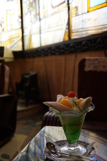 人気メニューのバナナパフェは、しっかり味の缶詰フルーツと本格的でスタンダードな生クリーム、バナナ、バニラアイスがつまっています。思いっきり豪華でラグジュアリーな昭和を堪能できる純喫茶、一度は訪れてみたいですね。