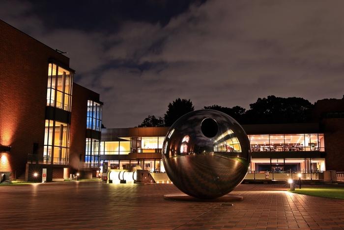 日本初の公立美術館としてオープンした東京都美術館は、同時に日本で初めて公開制美術図書室の運用を始め、長年日本のアート会をけん引してきました。すぐ近くに東京藝術大学もあり、上野はアートであふれた街であることがわかります。