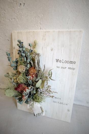ウェルカムボードというと、ウェディングの華やかなイメージがあるかもしれませんが、ナチュラルなスワッグをボードにすれば、日常的に使えます。お部屋のイメージに合わせて、お花やグリーンを選ぶといいですね。