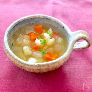 たっぷりの野菜をコンソメで煮る、スタンダードなデトックススープの作り方です。野菜の切り方は自由ですが、小さいと火が通りやすく時短になり、大きいと食べごたえがアップします。