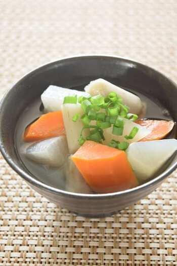 大根・にんじん・ごぼうといった根菜をごろごろ入れた、あっさり味で胃に優しい和風デトックススープ。大きめに切った根菜をゴロゴロ入れ、食べごたえ抜群。体を温めてくれるので、特に冬におすすめです。
