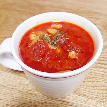 コンソメ味に飽きた時は、トマト缶を使ってお手軽トマトスープにアレンジしましょう。大豆を加えることで、タンパク質もしっかりと補うことができます。