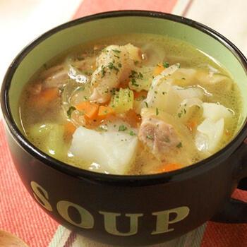野菜だけのデトックススープばかり食べていると、タンパク質が不足しやすくなります。お肉を加えれば、旨味もプラスされて満足度大。鶏皮を除けば、カロリーも気になりにくいです。