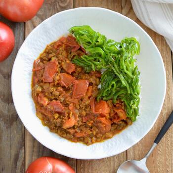 生トマトを使ったレシピも。水は使わずトマトの水分だけで煮ることで、トマトの甘さや酸味、旨味を濃縮。夏にぜひ作ってほしいフライパンカレーです。