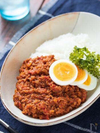 トマトの甘味と旨味がギュッと濃縮された、無水調理のキーマカレー。レンジだけ&15分と手軽・ひき肉を使うので手頃・冷凍できるなど、何かとお役立ちなレシピです。
