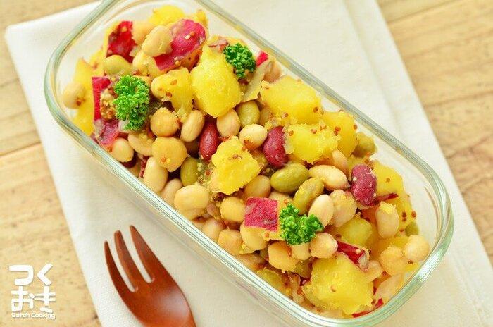 ミックスビーンズとマスタードが入った風味の良いボリュームのあるおかずサラダ。冷蔵で5日ほど保存が可能なのでたっぷり作っておけばお弁当や副菜として大活躍してくれます。