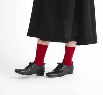 ソックスやタイツなど足元のおしゃれも楽しくなってくるこれからの季節。ダークカラーが多くなってくる秋冬ファッションにスパイスカラーの赤をちょっぴりのぞかせて華やかに!