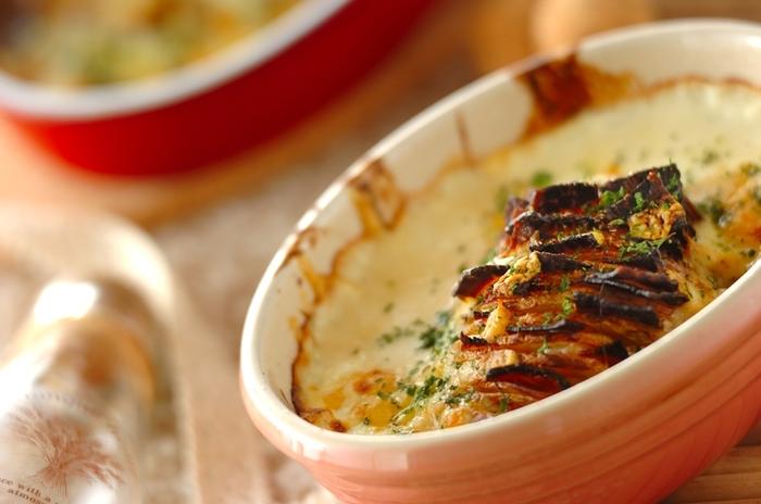 じゃがいもに細かい切れ込みを入れて焼く、スウェーデンのハッセルバックポテト。切れ込みに具材をはさんで、ホワイトソースやチーズをかけて焼けば、おしゃれなじゃがバター風味のグラタンになります。