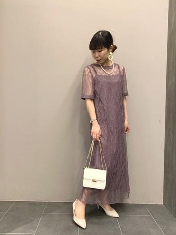 低身長さんを悩ませる丈感は、足首が見えていればロングでも引きずっている印象になりません。また、Iラインのドレスを選ぶとすっきり着こなせるでしょう◎透け感のある素材で、大人っぽさがUPします。