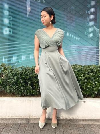 使える期間が限られているのに、専用のドレスを用意するのはもったいない……そんなときはカシュクールのドレスに頼ってみては?脱ぎ着しやすいデザインで、授乳期間が終わっても長く着れます。派手になりすぎないよう、色は抑えめが◎