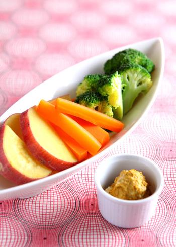 スチーム野菜をスティックサラダ感覚でディップにつけていただきます。見た目も華やかで手軽に食べられるサラダは、寒い日にピッタリ。一緒に蒸す野菜を工夫すれば彩りもよく食卓が華やかになります。