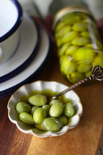 銀杏がたくさん手に入ったときには、保存できるレシピに挑戦してみましょう。こちらは、冷蔵庫で1週間程度保存できる、オリーブオイル漬けのレシピです。調味料を使わず銀杏を茹でてオリーブオイルに漬けるだけなのでとっても簡単。おつまみで食べるときには、塩などを振って食べるのも良いでしょう。