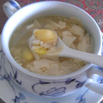 しょっぱいレシピが多い銀杏ですが、こんなにおしゃれなデザートも。こちらは、銀杏に大麦と湯葉を合わせて、氷砂糖で甘み付けしたデザートスープのレシピ。アジアン料理のラストに出すなど、おもてなしの献立でも活躍してくれそうです♪