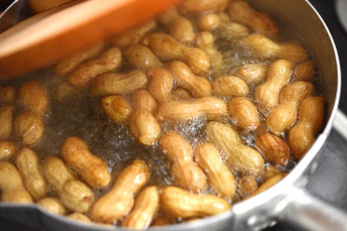 落花生が旬の秋には、ぜひ生落花生を食べてみてください。いつものピーナッツとはまた違う味わいが楽しめますよ。こちらは、生落花生を茹でて食べる方法です。ポイントはしっかり塩を効かせて茹でること。茹で立てのホクホク感を満喫しましょう♪
