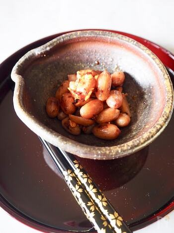 こちらは、塩茹でした落花生で作るレシピです。落花生は殻を剥いたら、薄皮ごと使いましょう。ニンニクと赤唐辛子と一緒に炒めるだけなのでとっても簡単。落花生は塩茹でしているのでまずは塩分なしで味見してみて、足りないときにはお好みで塩、コショウで調整しましょう。