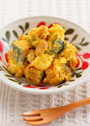かぼちゃも秋にぴったりの素材ですね。そこに落花生を加えて、秋のサラダを作りましょう。かぼちゃは電子レンジで加熱するのでとっても簡単。生落花生は茹でて殻を剥いておきましょう。甘さにははちみつを使い、クリームチーズを潰さず合わせたおしゃれなレシピです♪