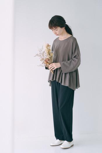 この時季は、1枚でさらりと着られるティアードデザインのブラウスがおすすめ。落ち感のあるテンセルローン素材を使用しており、襟元はすっきりとAラインのシルエットが楽しめる1枚です。落ち着いた秋カラーで、可愛くなりすぎずに大人っぽく着こなせるアイテム。