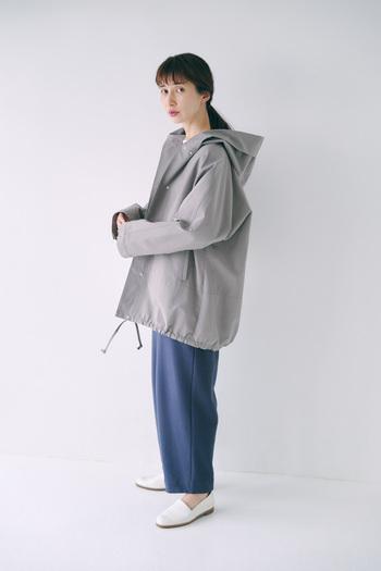 華奢見えするボリュームのあるシルエットで、女性らしさを演出。スタイリングしやすいシンプルなデザインなので、長く着られるのも嬉しいポイントです。1枚あれば、秋口はもちろん、春先も使えそう。