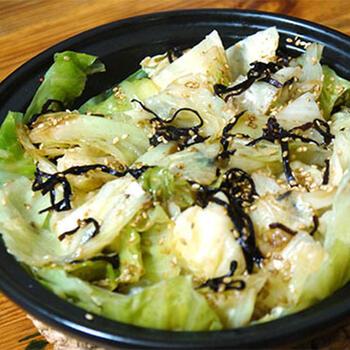 使う野菜は、キャベツのみ。あとは、塩昆布などを加えて火にかけるだけです。あまりにシンプル、でもおいしいんです。キャベツの大量消費にもいいかも。