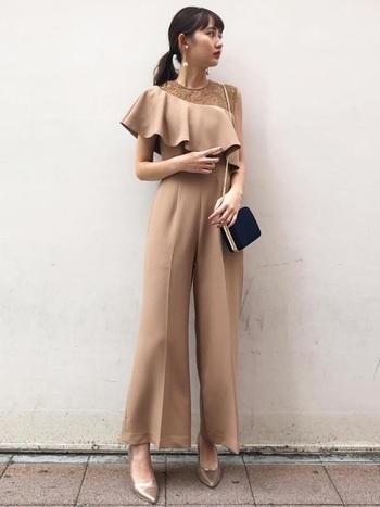 外れてないのに他にはない、個性的なデザインのドレスが揃うラグナムーン。洗練されたシルエットが女性らしさを引き出してくれます。甘すぎず、辛すぎず、計算された気取らないMIXスタイルを楽しみましょう。