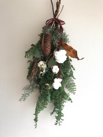 ヒムロスギに細長い松かさやコットンを合わせた、シンプルながらも格調のあるスワッグ。本場ヨーロッパのクリスマスを思わせる雰囲気がありますね。クリスマス後にも飾っておけ、素敵なインテリアになります。