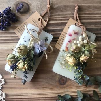 アロマワックスサシェにミニスワッグをつければ、おしゃれなギフトに。ミニスワッグがあると香りだけでなく、目でも楽しめます。相手の好きな香りや花で作ると喜ばれそうですね♪