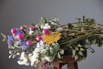 こちらはスワッグ用に長めの花材をセレクトしたもの。いろんな種類のセットなら、届いたら束ねるだけですぐに完成するのでとっても便利ですね。