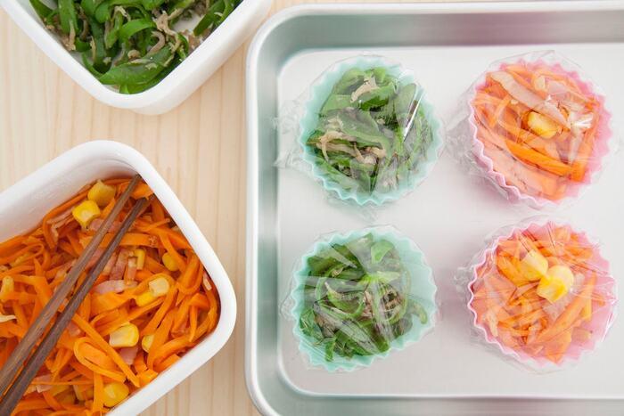 きんぴらごぼうやひじきの煮物など、お弁当用カップに詰めるものはあらかじめカップに入れて冷凍しておくと、必要なだけ取り出して使えるのでとても便利。凍ったままお弁当箱に入れれば保冷剤代わりにもなりますよ。