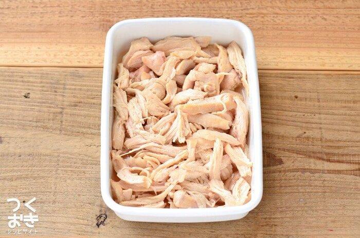 こちらは、お鍋で作るタイプの蒸し鶏のレシピです。材料はとてもシンプルで、鶏むね肉と砂糖、塩だけでOK。お肉や調味料を密閉できるビニール袋に入れて、熱いお湯の中に入れて放置します。出来上がったらほぐしてから、保存容器に蒸し汁と一緒に入れて保存しましょう。